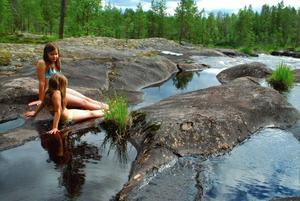 Lovisa och Irina vid Ängraån i Kårböle i juli 2012.Foto: Maria Åkerblom, JärvsöJuryns omdöme: En mysig utflyktsbild. Man får en känsla av att flickorna hittat ett smultronställe mitt i vildmarken.