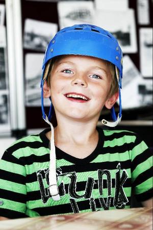 Tim Gabrielsson, sju år, tycker om att komma till bystugan och träffa kompisar.