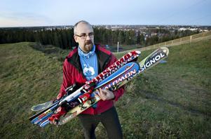 STARTAR UTHYRNING I GÄVLE. Tobias Rosén från Friluftsfrämjandet visar upp de slalomskidor som föreningen har köpt in, dels för att garantera tillgång på deras bytesmarknad i december och dels för att starta uthyrning i skidbackarna i Hemlingby och Bomhus.