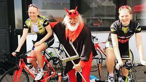 Norbergstjejerna tillsammans med legenden från Tour de France.
