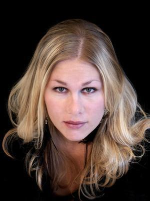 """Till Söderbärkeparken. Frida Snell slog igenom med singeln """"Lucky Day"""" för några år sedan. Söndagen den 1 juli uppträder hon på stödgalen i Söderbärkeparken."""