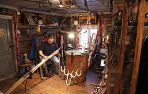 Rena tomteverkstan och det är här Jens förvandlar gamla skidor och stavar till inredningsdetaljer.