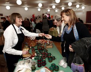 Eva Sandgren- Forslund i Kölsillre driver Grannäsets gårdsbutik och bjöd på sin hemgjorda marmelad till Karin Eriksson som nyss provat zumba på Tjejdagen i Ånge.
