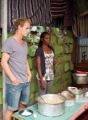 Petter Ericsson och Monica Adhiambo, två eldsjälar som båda satsar all sin energi på Wayo Wayo, en fristad för ungdomar i Nairobis slum. Att sälja lunch till besökande grupper är ett sätt att dra in pengar. Foto: Kjell Ahnfelt