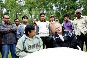 Mahmudur Rahman och Kjell Midbjer mötte igår pressen vid ett av de hus som fungerar som boende för de bangladeshiska bärplockarna.Foto: Henrik Flygare