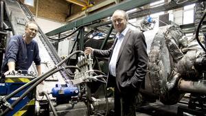 Utvecklingsansvarige Daniel Pettersson och vd:n Anders Olsson ser fram emot att Cassandra Oil blir en viktig länk i den globala återvinningsindustrin. Med hjälp av deras egenutvecklade reaktor kan bolaget producera olja av bland annat gamla däck och plastavfall.