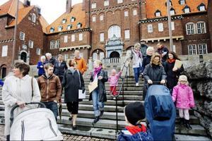Tolv fristående förskolor i Östersunds kommun protesterade på tisdagen mot de ändrade bidragsreglerna som gör att de enskilt drivna förskolorna får mindre i bidrag än de kommunala.