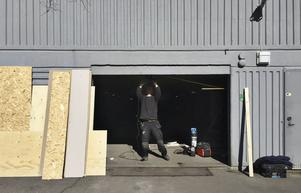 Hanverkare arbetade under fredagen med att reparera porten till garaget.