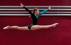 Sundsvallsgymnasternas Kristina Åhlin visar prov på spänst och extrem vighet på bommen.