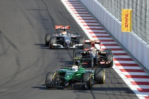 Marcus Ericsson i sin gröna Caterham jagas av Pastor Maldonado i en Lotus-Renault och Adrian Sutil i en Sauber under Rysslands Grand Prix i Sotji 2014.