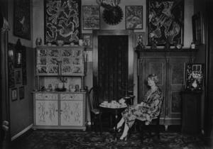 Nell Walden i sin lägenhet med den egna konsten på väggarna.