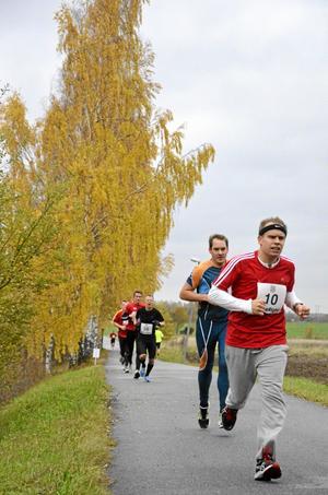 """På språng. Drygt 50 personer valde att """"springa ut sommaren"""" genom att delta i """"Kanske inte världens hårdaste halvmaraton"""" i det ljumma oktobervädret."""