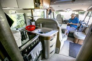 Något som är viktigt för Peter när han är ute på resor är mobilt bredband. Husbilen rymmer det mesta de behöver men de skulle gärna ha större arbetsyta i köksdelen. Spisen har en elplatta och tre gasolplattor.