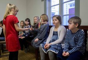 En prövning som barnen kanske inte uppfattade som ett test, men i högsta grad var det, var den långa väntan på att få komma in till intervju.