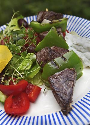 Souvlaki är den grekiska tolkningen av grillspett. Serveras med massor av grönt.