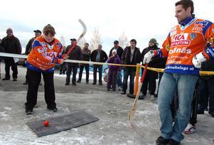 Rafflande bandyduell invigde varuhuset Karlsson. Team Karlsson bestående av produktchef Sandra Carlson och varuhuschef Nettan Holmström utmanade giffarnas Andreas Westh och David Borvall.