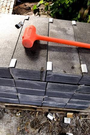 PUSSELBITAR. Den nya beläggningen med granithällar på Stortorget i Gävle är att jämställa med ett enormt pussel med 13 000 bitar. Varje granithäll (tre olika sorter, två behandlingar och tolv storlekar) är märkt och har en förutbestämd position.