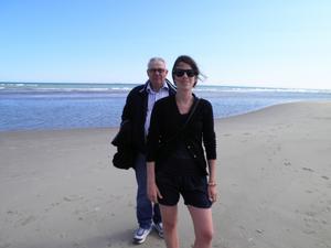 Denna bild tog jag på min man och dotter när vi besökte Skagens udde på midsommardagens förmiddag. Det var strålande väder och lagom blåsigt