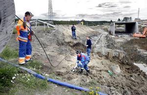 Per Kilsand, Niklas Florberg, Peter Eriksson och Håkan Pedro från Servanet arbetar med att laga den trasiga fiberkabeln.