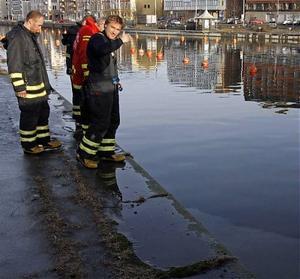 Räddningstjänsten kunde inte på rak arm säga något om vad det är som rann ut i vattnet.
