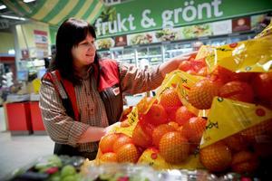 Frukt och grönt säljer bra, men även falukorv och blodpudding, enligt Anette Linder Jonsson på Ica Maxi i Härnösand.