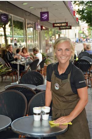 Emma Gustafsson, 23 år, är en av de elva unga anställda på Espresso House som öppnade i Sundsvall i mars.