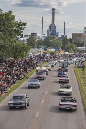 Mycket folk hade samlats längs med Sjöhagsvägen för att titta på bilarna.
