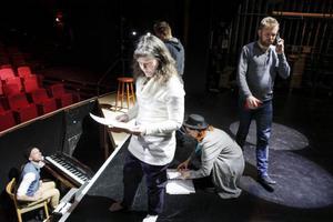 Det är intensiva repetitionsdagar för gänget bakom Östersundsrevyn  innan de är klara för premiären den 5 januari.