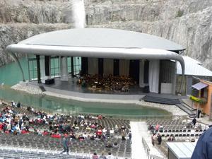 Drygt tusen personer kom till konserten i Dalhalla, en mäktig arena – nu med både tak och regnridå. Foto: Oliver Monk