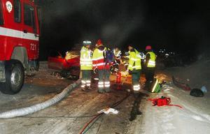Olyckan skedde vid Rullån öster om Gevsjön, där E14 gör en lång sluttande kurva. I den mest kvaddade bilen satt fyra norska ungdomar i 20-årsåldern på väg från Trondheim till Åre för en så kallad russefest.   Foto: Elisabet Ryfell-Janson