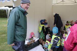 Lennart Larsson tycker det är viktigt att få barn intresserade av odling och vara ute i naturen.
