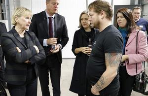 Ett snack med ministrarna. Peter Kotilainen från den lokala fackklubben svarar på frågor om företaget.
