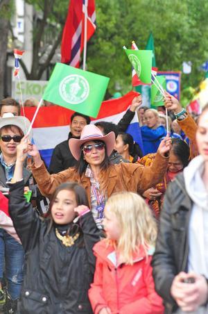 Det var munter folkfeststämning på gågatan under tisdagskvällen och folk i alla åldrar fanns på plats för att se lagen tåga fram genom stan.