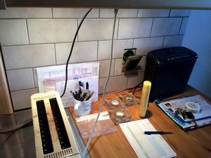 Om man behöver ha kontorstillbehör i köket så finns det några sätt som underlättar för att hålla ordning på dessa.