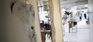 Tjuven bröt först sönder dörren, utan att få upp den. Därefter bröt tjuven bort hela dörrkarmen och tog sig på så sätt in i kontoret.