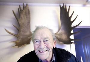 Det här 23-taggiga älghornet, som Nisse hittade 1972, är sannolik ett av Sveriges största. Själv ligger han lågt med algjakten nu för tiden:– Men jag brukar sitta och lyssna på jaktradion, och det är ju lika spännande det, säger han och skrattar.