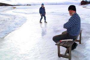 Karl-Göran Söder utgjorde tillsammans med LT:s utsände publikhavet när Kees Slinger demonstrationsåkte skridskor i utförsbacke i Döviken.Foto: Ingvar Ericsson