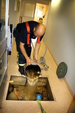 När brandkåren kom till platsen var det ett par decimeter vatten på golvet i hela hälsocentralen. Magnus Lindhé tömmer ut en del av detta.