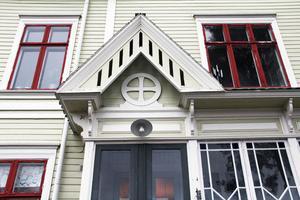 Det finns flera detaljer som påminner om en kyrka eller ett kapell. Det grekiska korset ovanför verandadörren är ett sådant exempel.