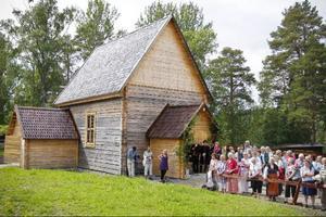 Många hade svårt i åskvärmen i väntan på att få komma in i kyrkan.