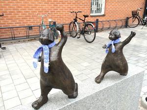 Nystingar med halsduk på Bygatan i Leksand.