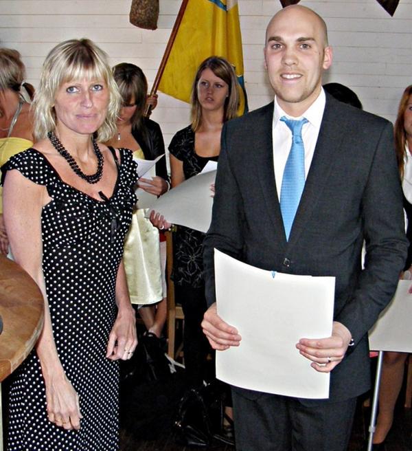 Rektorn vid Polhemsskolan, Birgitta Pettersson, och låssmedsmästare Stefan Sjöman.