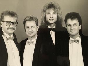På 1980-talet spelade Hans Söderholm med det egna bandet Mascots. Hans är nummer två från vänster och till vänster om honom står Göran Johansson som numera är fjärdeman i Junix. Övriga två medlemmarna heter Janne Dahlqvist och BjörnJohansson.