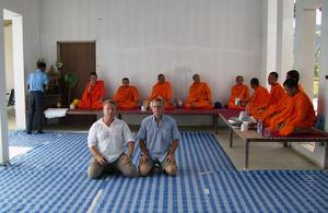 Staffan Nordstrand i en ritual när ett byggprojekt ska välsignas enligt buddhistisk sed.