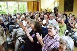 Närmare hundra. Runt 800–90 personer hade kommit för att vara med på minneskonserten för Nisse Munck. Risken för regn gjorde att konserten hölls i församlingshemmet istället Göthlinska trädgården.