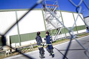 Eftersläckning pågår. Ola Nilsson och Anders Brännström från Sandviks interna industribrandkår arbetade under lördagen med eftersläckningsarbetet efter den stora branden som inträffade vi trådavdelningen i torsdags.