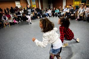 Evelina visar några danssteg för sina elever samtidigt som många tittar på.