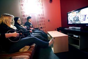 Game Room är det senast tillkomna i ungdomskaféet. Tevespel som till exempel Guitarr Hero ingår visar Frida, Lina och Viktor.
