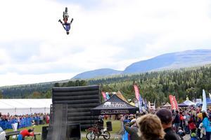Daniel Bodin från Malung visade prov på högflygande konster när han voltade med sin mc under lördagens uppvisning i freestyle motorcross.