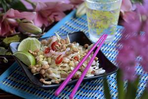 Som Tam heter den här salladen i original. Då görs den på torkade räkor och grön omogen papaya - det är väldigt viktigt att den inte är orange och mogen. Hittar man inte det funkar det med vitkål.